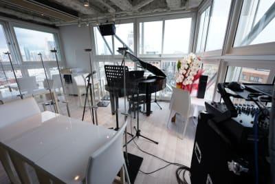3面窓の換気、採光が良い店です - 歌声ピアノサロンメロディー ピアノサロンメロディーの室内の写真