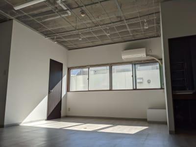 チャラデ新宿御苑 天井高3m越え撮影・配信スタジオの室内の写真