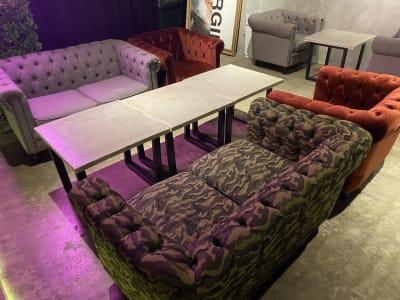 中世のヨーロッパを感じる贅沢なソファです。座面のボタンがアクセントになっております。 - 神保町駅徒歩1分イベントスペース 様々なパーティー、イベントに最適の室内の写真