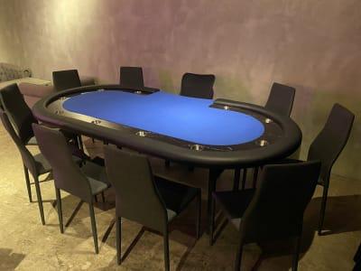 ポーカーイベントや身内でポーカー大会などにいかがでしょうか?  10人席ポーカーセットが2組ございます。 下記、セットに含まれるものになります。 ・トランプ ・自動カードシャッフル機 ・チップ - 神保町駅徒歩1分イベントスペース 様々なパーティー、イベントに最適の設備の写真