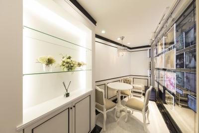 丸テーブルで内わせも使用できます。 - 渋谷松濤サロン サロンスペースの室内の写真