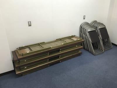 テーブル6台、パイプ椅子20脚完備。 - トンダンススクール 多目的ルーム、用途は様々です。の設備の写真