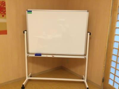 ホワイトボードも標準装備です - レンタルルーム 馬車道茶会室 会議室 瞑想 テレワークの室内の写真