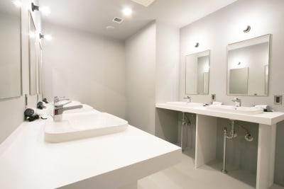 男女兼用、女性専用と分けてお手洗いや洗面台などのウォッシュルームを完備! - Theatel sapporo  スクリーン付きイベントスペースの室内の写真