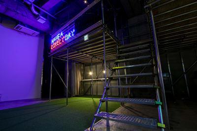 yaguraと呼ばれるロフトスペースには、ご自由にご利用頂けるくつろぎスペースがございます。 - Theatel sapporo  スクリーン付きイベントスペースの室内の写真