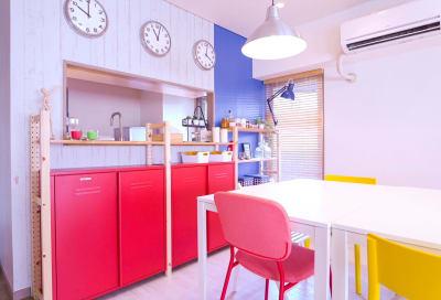 対面キッチンなのでリビングとのコミュニケーションもばっちり - sima sima西宝町 女子会・パーティールームの室内の写真