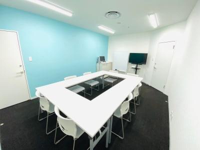 ティファニーブルーのアクセントカラーが印象的なセミナールーム。 - シェアオフィスURL セミナールームの室内の写真