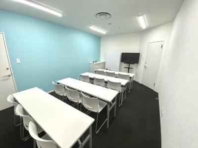 レイアウト変更可能 - シェアオフィスURL セミナールームの室内の写真
