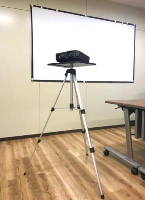 プロジェクター (無料レンタル要予約) - NEKTON OFUNA 会議室(P3)の設備の写真
