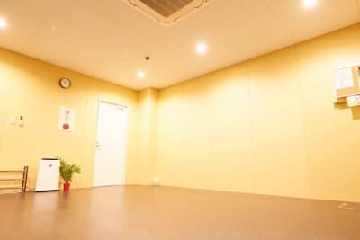 綺麗な床と室内。 - レンタルスタジオアルル難波店 ダンスができるレンタルスタジオの室内の写真