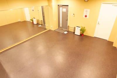 地下なのでそこそこ大きい音や振動でも大丈夫! - レンタルスタジオアルル難波店 ダンスができるレンタルスタジオの室内の写真