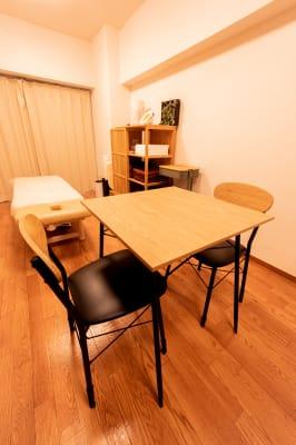 問診、カウンセリング等にもご利用いただけます。 - simple三鷹 施術専用レンタルサロンの室内の写真