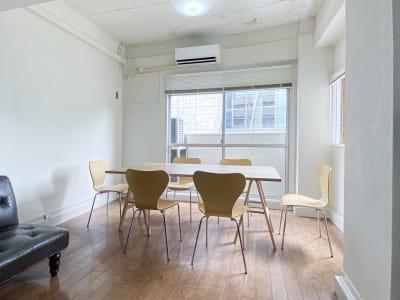 セッティング例:天板1台・椅子5脚/ 教室イメージ - 西麻布スタジオ 六本木ヒルズ前 レンタルスタジオ&ワークスペースの室内の写真