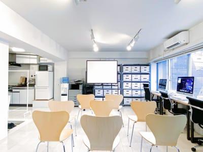 セッティング例:ホワイトボード・椅子8脚/セミナーイメージ - 西麻布撮影スタジオ 六本木駅近 レンタルスタジオ&ワークスペースの室内の写真