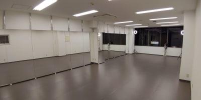 入室しますと大鏡がお出迎えします② - ひのまるスタジオ天神北 大ホール ヨガ・ピラティス特化型の室内の写真