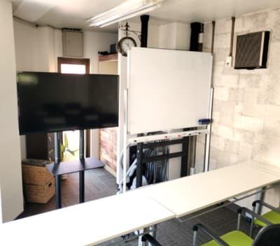 40インチカラーモニター+スタンドで快適にプレゼン・テレワーク・オンライン会議 - マルチアクセス貸会議室@神田南口の室内の写真