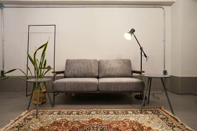 ソファーは動画、写真撮影以外でもご使用いただけます。 ※絨毯は通常出ておりません。ソファーの下から出してご利用いただけます - キブンシツ蔵前 レンタルスタジオ蔵前の室内の写真