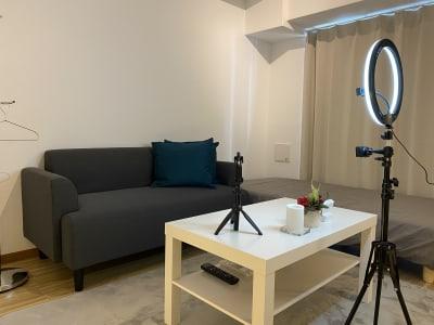 テレワークや動画配信、写真撮影に役立つリングライトがあります。 - レンタルスペースKIREI フリースペースの室内の写真