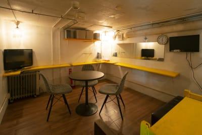 楽屋 - 青山 月見ル君想フ ライブハウス、複合文化施設の室内の写真