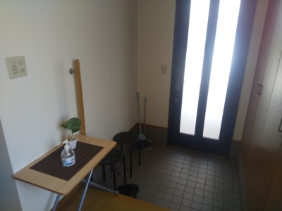 玄関内部 スペースは2階です - Will Labo 西山本 多目的スペースの入口の写真