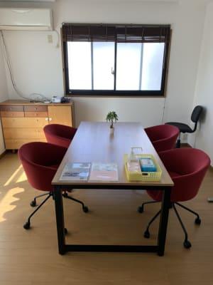 会議スペースです。 椅子は6つまで用意できます。  - Will Labo 西山本 多目的スペースの室内の写真