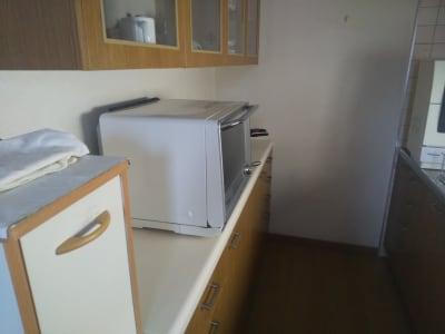隣接のキッチンです 3口ガスコンロ・シンク・電子レンジ・鍋・フライパン等あります。 - Will Labo 西山本 多目的スペースの室内の写真