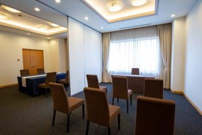 完全個室にも対応可能なパテーション完備で、面接会場と控室など多岐にわたるご利用が可能です - KKR HOTEL HAKATA 会議に最適【アイリス】の室内の写真