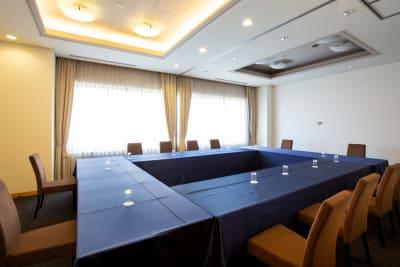 会議に最適なロの字でのご利用もゆったりとお過ごしいただけます - KKR HOTEL HAKATA 会議に最適【アイリス】の室内の写真