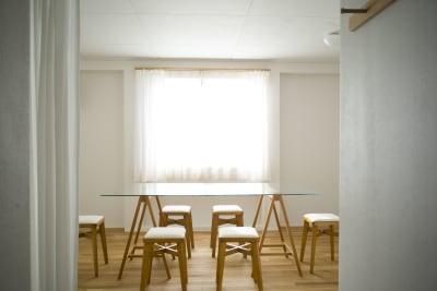 デザイナーズガラステーブル スツール6脚 - +add スタジオ、サロン、貸切スペースの室内の写真