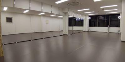 大ホール(スタジオ全体です。) - ひのまるスタジオ天神北  (窓側)ヨガ・ピラティス特化型の室内の写真