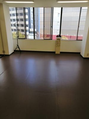 A(窓側)小ホール - ひのまるスタジオ天神北  (窓側)ヨガ・ピラティス特化型の室内の写真