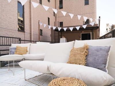 ソファ席は1〜4名 - ゲストハウス神戸なでしこ屋 元町約3分!開放的なルーフトップの室内の写真