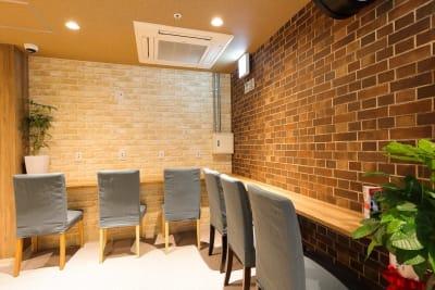 2Fコワーキングスペース (左手に3人掛けのソファも有) - ゲストハウス神戸なでしこ屋 元町駅近!ワーキングスペースの室内の写真