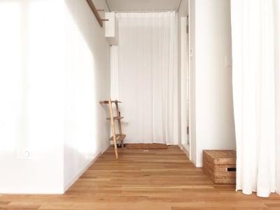 カーテンで仕切ればフィッティングルームになります。 - +add スタジオ、サロン、貸切スペースの室内の写真