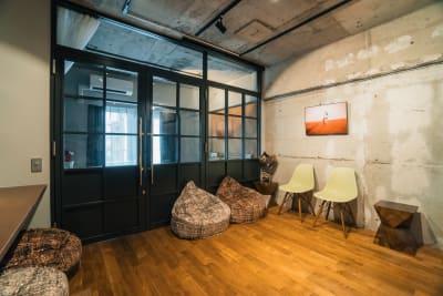 リビング側の壁はコンクリート躯体が見えるつくりになっています - 撮影、イベントスペース新宿御苑前 リノベシェアスペースの室内の写真