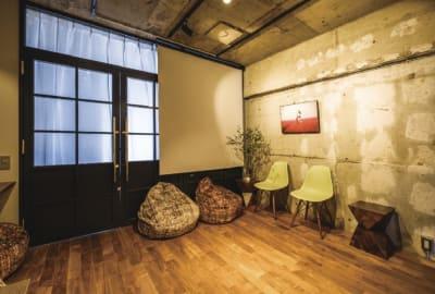 スクリーンの用意がございます - 撮影、イベントスペース新宿御苑前 リノベシェアスペースの設備の写真