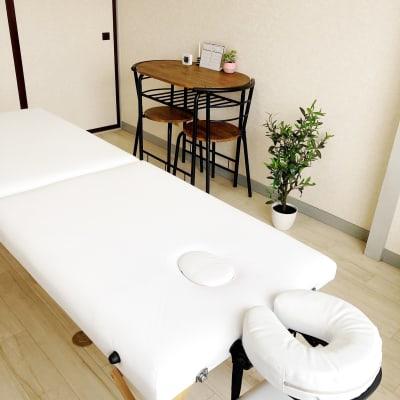 電気毛布あり。施術し易い広々空間 - レンタルサロンrapispace ナチュラルの室内の写真