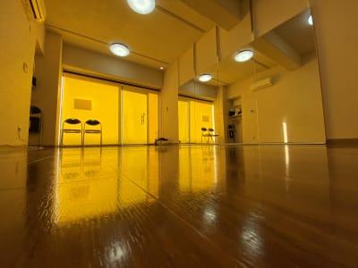 ロールスクリーンがあるから外の視線は防ぐことが出来ます。 - ODOLVA市川レンタルスタジオ ダンススタジオの室内の写真