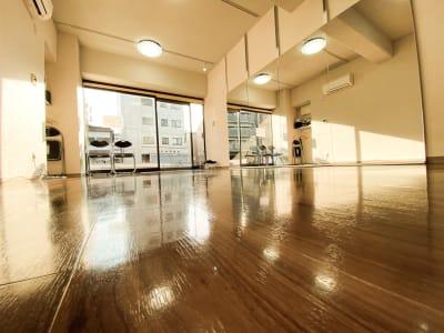 80☓180の大型の鏡が4枚とLED照明を追加した明るい室内 - ODOLVA市川レンタルスタジオ ダンススタジオの室内の写真