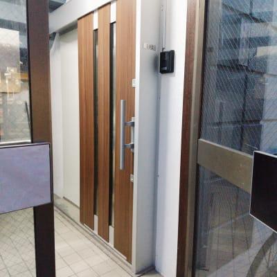 外玄関を開けて右側のドアです。 - Cafe Lugna  多目的スペースの入口の写真