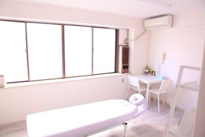 白を基調とした清潔感あふれる部屋です♪ (レンタルサロンゆたか 整体、各種マッサージ、エステティック、ヒーリング、鍼灸、マツエク、セラピー、着付け)  - 横浜レンタルサロンゆたかの室内の写真