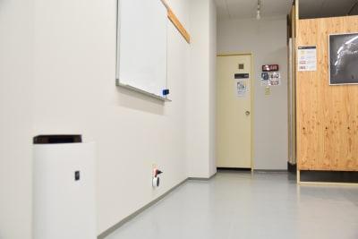 2階:空気清浄機・ホワイトボード - OMO|オモ【三宮本通店】 【個室|4席分】レンタルスペースの設備の写真