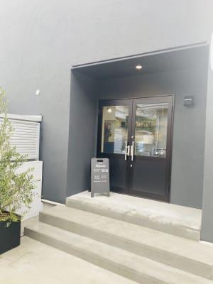 ◎カフェ入口よりお入りください - Determine レンタルスペースの入口の写真