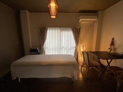 間接照明で落ち着いたスペースになっています。 - 神戸レンタルサロンCHAKRA 「CHAKRA」住吉店の室内の写真