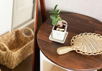 施術スペースにハンガーとカバン置き場があります。手鏡、姿見ミラーもあります。 - 神戸レンタルサロンCHAKRA 「CHAKRA」住吉店の室内の写真