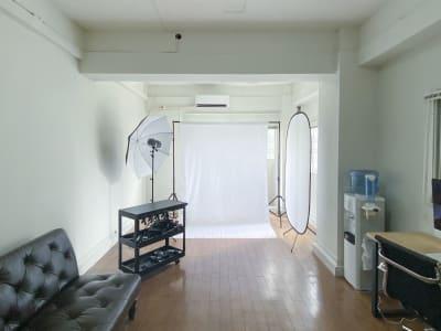 セッティング例:白バック・ストロボ/人物撮影用イメージ - 西麻布スタジオ 六本木ヒルズ前 レンタルスタジオ&ワークスペースの室内の写真