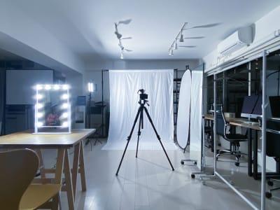 セッティング例:白バック・常灯・女優ミラー・小天板/メイク撮影用イメージ - 西麻布撮影スタジオ 六本木駅近 レンタルスタジオ&ワークスペースの室内の写真