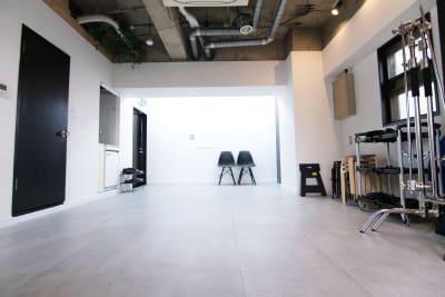 スタジオ奥側からの様子です  ※11/29 イームズチェア2脚導入しました - スタジオドア 機材充実のシンプルな撮影スタジオの室内の写真