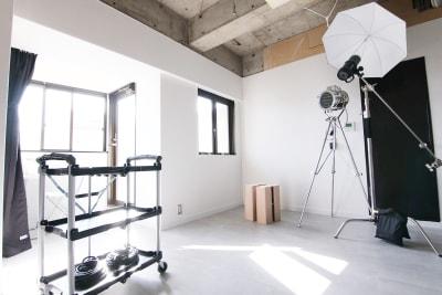 午前中~午後14時くらいまで窓から光が差し込みます(※季節や天候で変わりますのでご注意ください) - スタジオドア 機材充実のシンプルな撮影スタジオの室内の写真