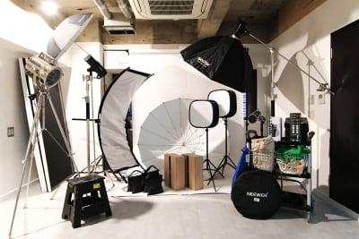 ストロボ・LEDライトなど照明や撮影に便利な機材が使い放題のプランがあります  ※詳細はプラン内容からご確認ください - スタジオドア 機材充実のシンプルな撮影スタジオの室内の写真